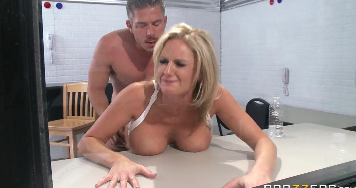 Сисястая блондинка ебется в очко и в рот по пути на порно кастинг
